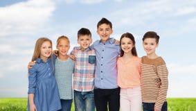 Étreindre de sourire heureux d'enfants Photographie stock libre de droits