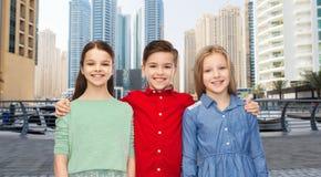 Étreindre de sourire heureux d'enfants Images stock
