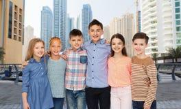 Étreindre de sourire heureux d'enfants Photos libres de droits