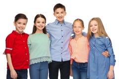 Étreindre de sourire heureux d'enfants Image stock