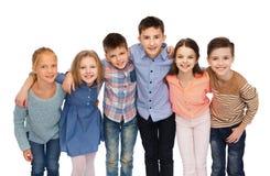 Étreindre de sourire heureux d'enfants Photo stock