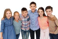 Étreindre de sourire heureux d'enfants Photo libre de droits