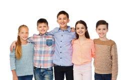 Étreindre de sourire heureux d'enfants Photographie stock