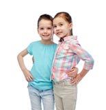 Étreindre de sourire heureux de petites filles Photographie stock libre de droits