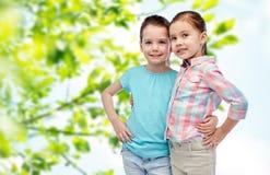 Étreindre de sourire heureux de petites filles Photographie stock