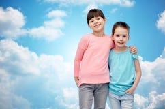 Étreindre de sourire heureux de petites filles Photos stock