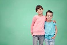Étreindre de sourire heureux de petites filles Photos libres de droits
