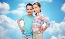 Étreindre de sourire heureux de petites filles Photo libre de droits