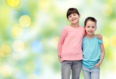 Étreindre de sourire heureux de petites filles Image libre de droits