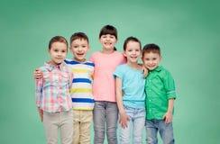 Étreindre de sourire heureux de petits enfants Photos libres de droits
