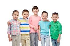 Étreindre de sourire heureux de petits enfants Image libre de droits
