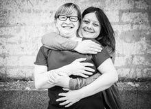 Étreindre des amis Photographie stock libre de droits