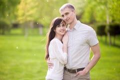 Étreindre des couples Photos libres de droits