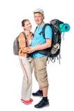 Étreindre des couples de jeunes touristes avec des sacs à dos posant sur le blanc Photographie stock libre de droits