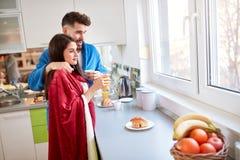 Étreindre des couples pendant le matin images stock