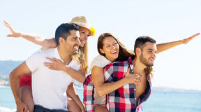 Étreindre des couples sur la plage Image libre de droits