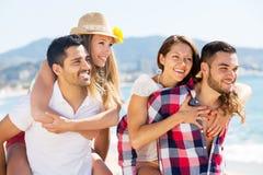 Étreindre des couples sur la plage Photo stock
