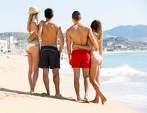 Étreindre des couples sur la plage Images libres de droits