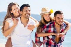 Étreindre des couples sur la plage Photos stock