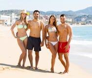 Étreindre des couples sur la plage Photos libres de droits