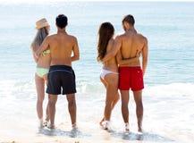 Étreindre des couples sur la plage Image stock