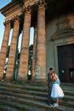 Étreindre des couples sur le coucher du soleil de fond, beaux WI de construction Image libre de droits