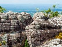 Étreindre des roches sur les montagnes Photos stock