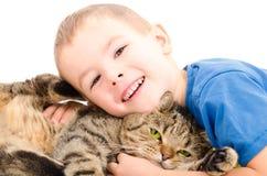 Étreindre droit écossais de garçon et de chat Photographie stock