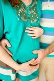 Étreindre enceinte heureux de couples Homme et femme prévoyant pour l'accouchement Images libres de droits