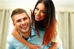 Étreindre gai de couples Image stock