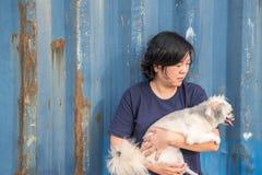 Étreindre heureux asiatique de femme et de chien avec le récipient Photographie stock libre de droits