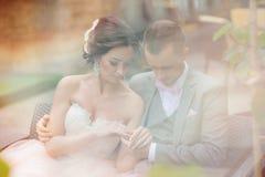 Étreindre heureux de couples Photos libres de droits