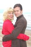 Étreindre heureux de couples de Moyen Âge photographie stock