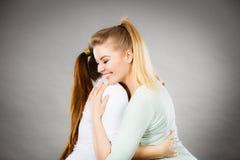 Étreindre heureux de deux femmes d'amis Photographie stock libre de droits