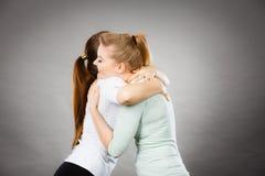 Étreindre heureux de deux femmes d'amis Image stock