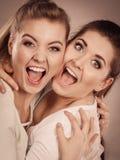 Étreindre heureux de deux femmes d'amis Photos libres de droits