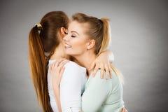 Étreindre heureux de deux femmes d'amis Photo stock