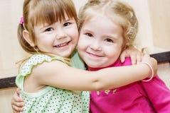 Étreindre heureux de deux petites filles Photographie stock