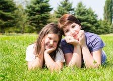 Étreindre heureux de fille de maman et d'enfant Le concept de l'enfance et de la famille Belle mère et son bébé extérieurs Image stock