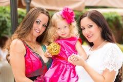 Étreindre heureux de fille de maman et d'enfant Le concept de l'enfance et de la famille Belle mère et son bébé extérieurs Photo libre de droits