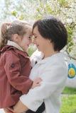 Étreindre heureux de mère et de bébé Photo stock