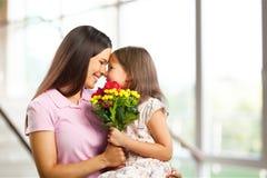 Étreindre heureux de mère et de fille Images stock