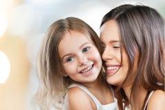 Étreindre heureux de mère et de fille Photos stock