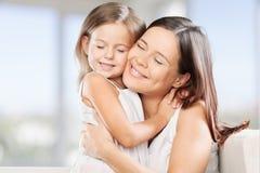 Étreindre heureux de mère et de fille Photo libre de droits