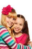 Étreindre heureux deux d'amies Image stock