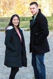 Étreindre interracial de couples extérieur Photos stock