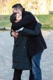Étreindre interracial de couples extérieur Images libres de droits