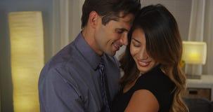 Étreindre interracial doux de couples photo libre de droits