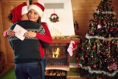 Étreindre l'ami avec l'amie pour Noël Photos stock