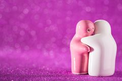 Étreindre la poupée en céramique blanche et rose sur Defocuse brouillé par résumé Photo stock